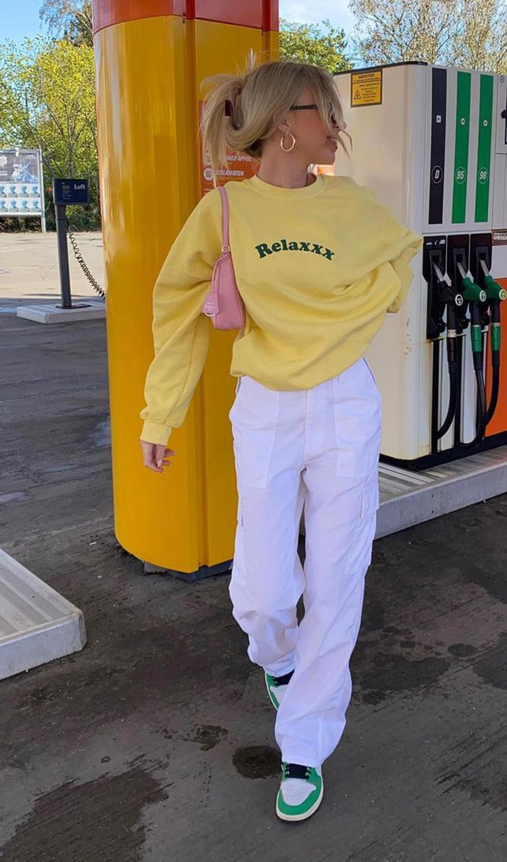 blusão de moletom amarelo pastel, calça branca e nike jordan