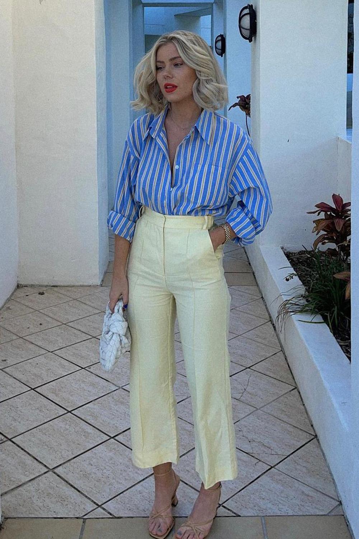 camisa zul listrada, calça de alfaiataria e sandália de tiras
