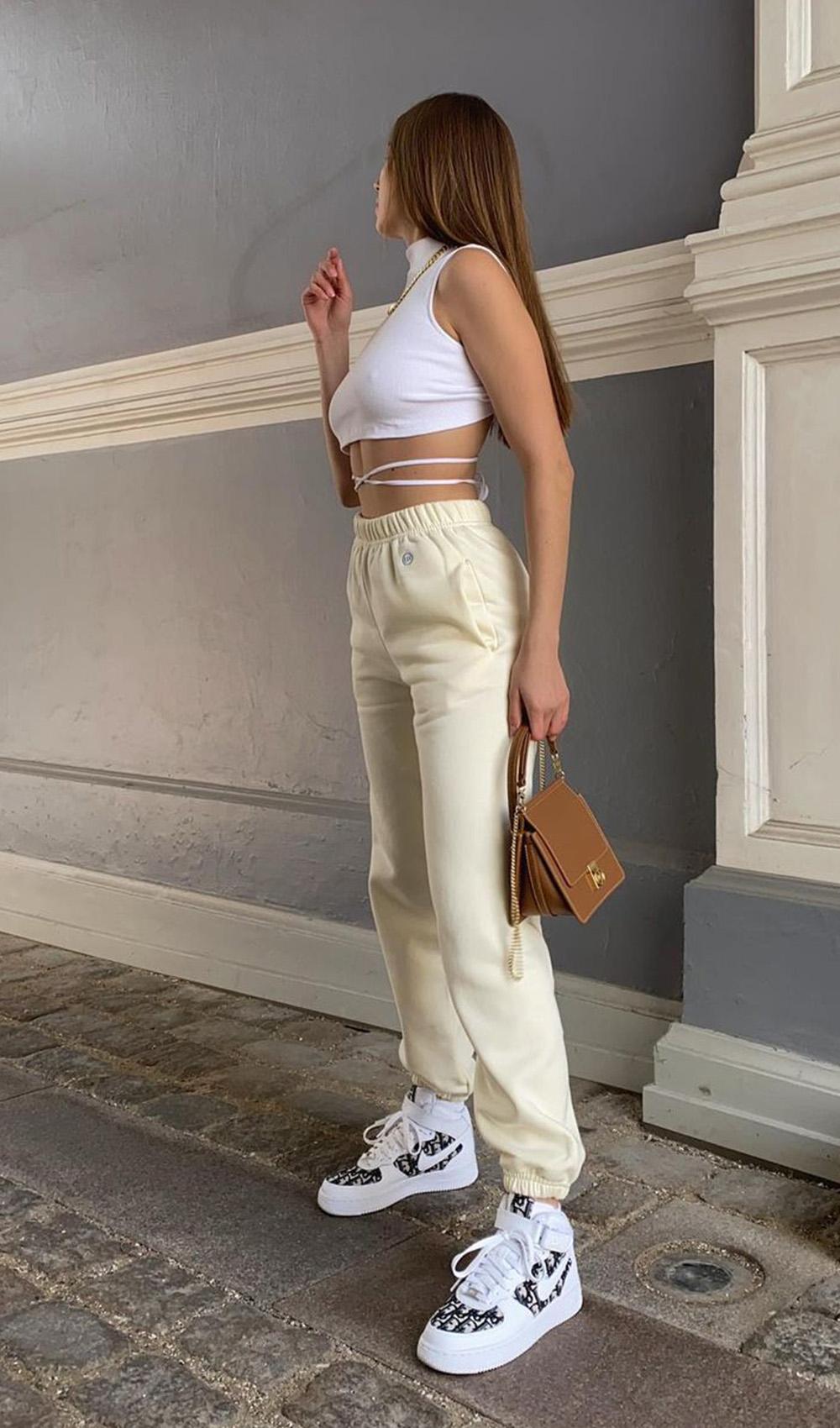 cropped branco d etiras, calça de moletom e tênis nike plataforma