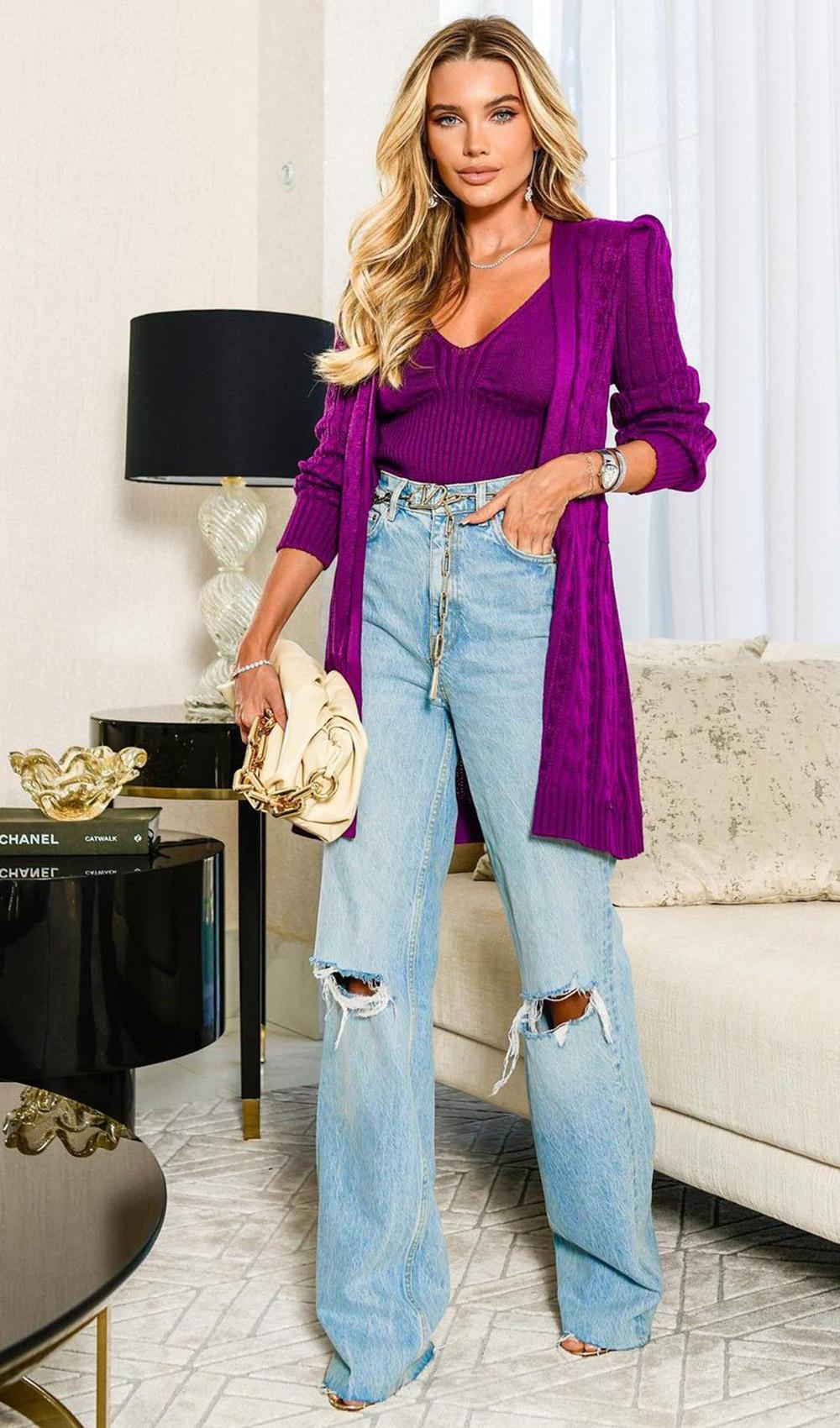 cardigan violeta, calça wide leg jeans destroyed