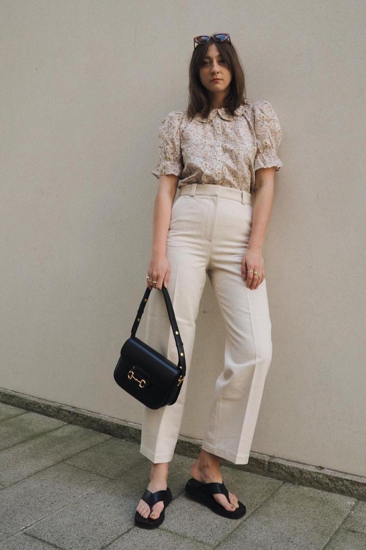 blusa floral, calça off white e rasteirinha preta