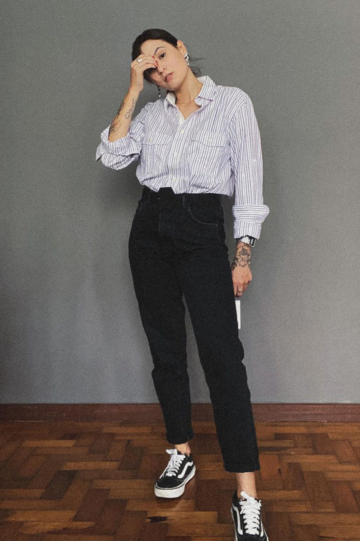 camisa branca, calça perta de alfaiataria e vans preto
