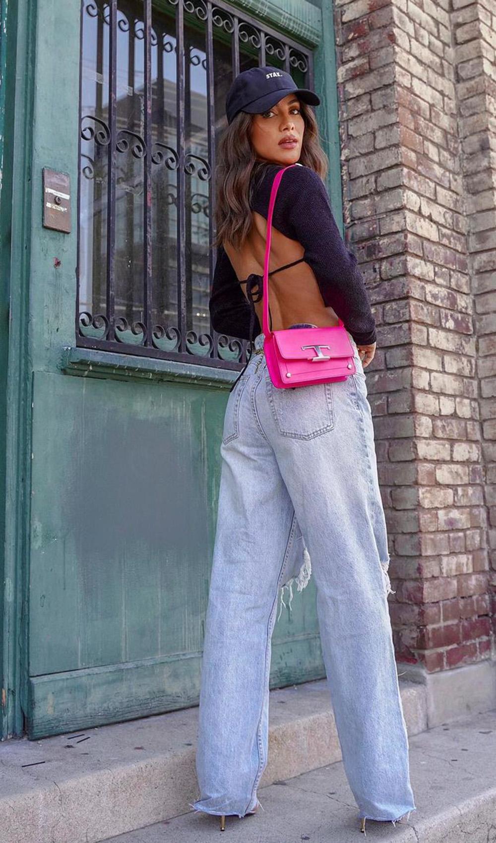 cropped preto, bolsa rosa e wide leg jeans