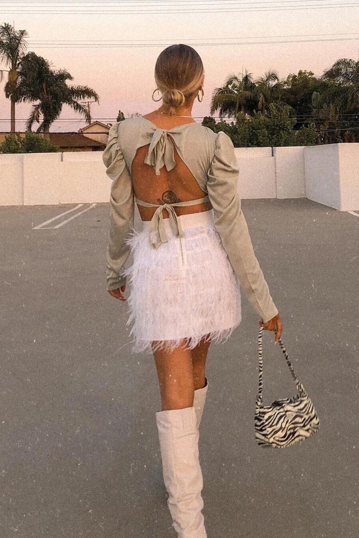 saia branca com pelinhos e bota de cano alto