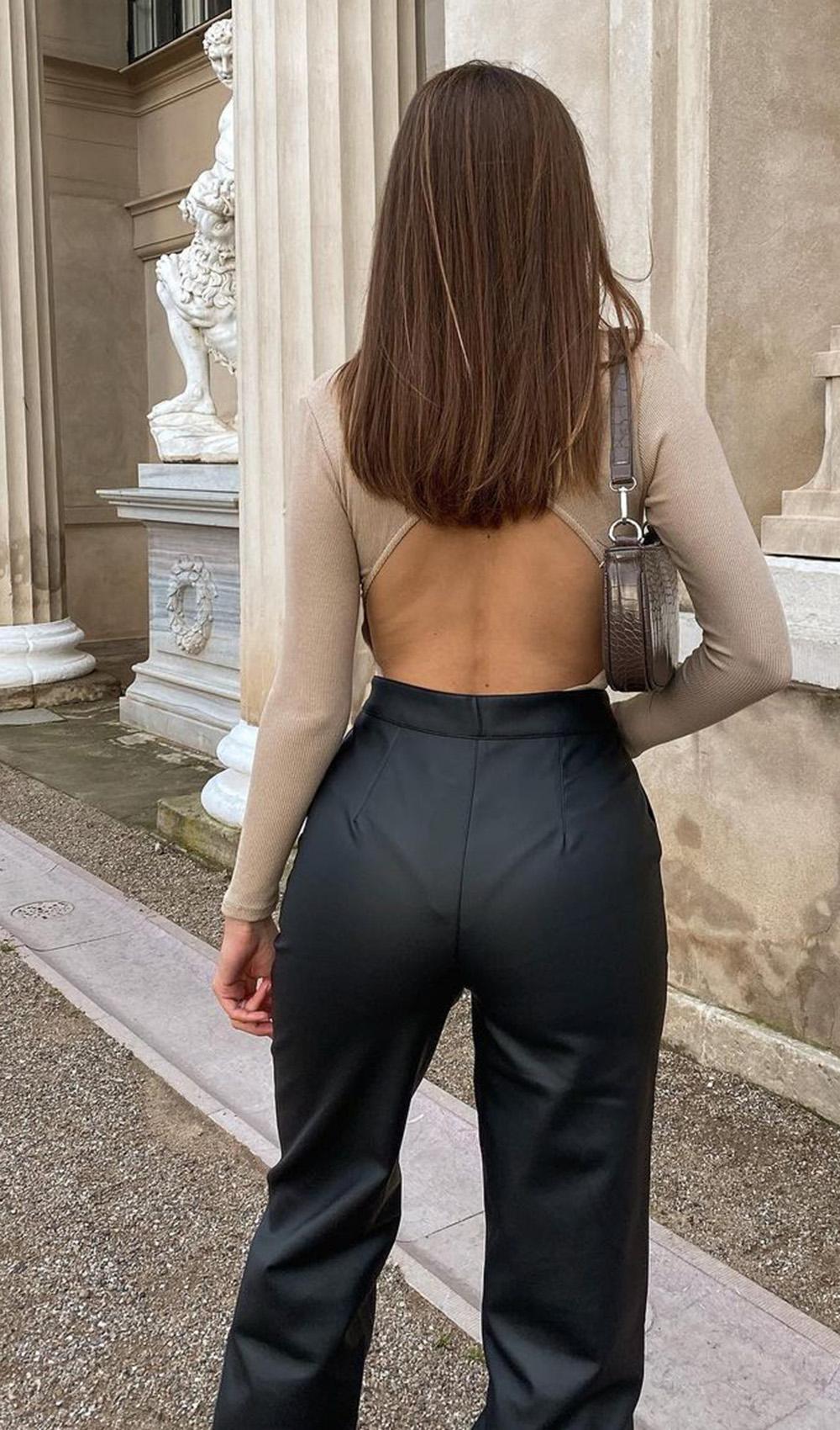 body bege com costas à mostra e calça preta