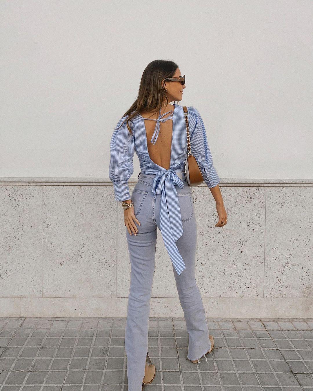 cropped azul com costas à mostra e calça jeans reta