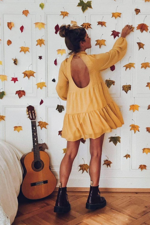 vestido amarelo rodado com costas à mostra