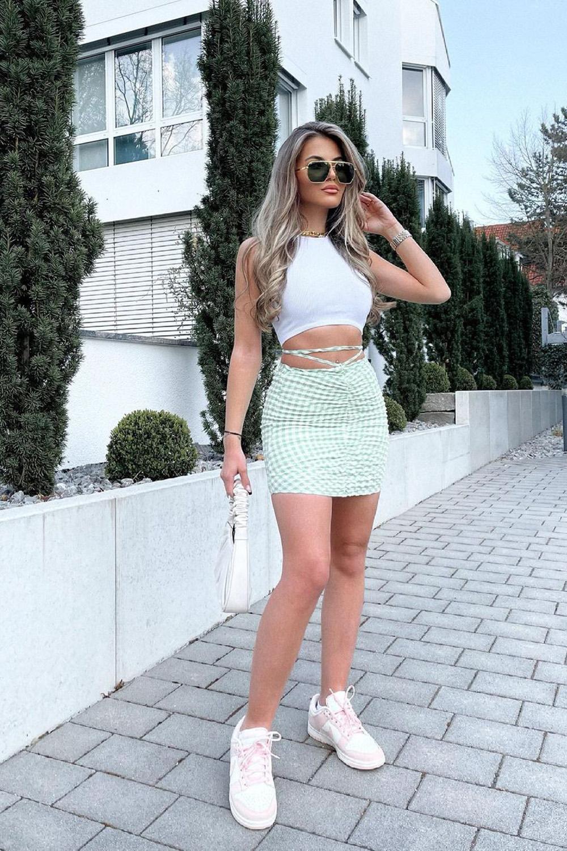 cropped branco, minissaia com tiras e tênis branco