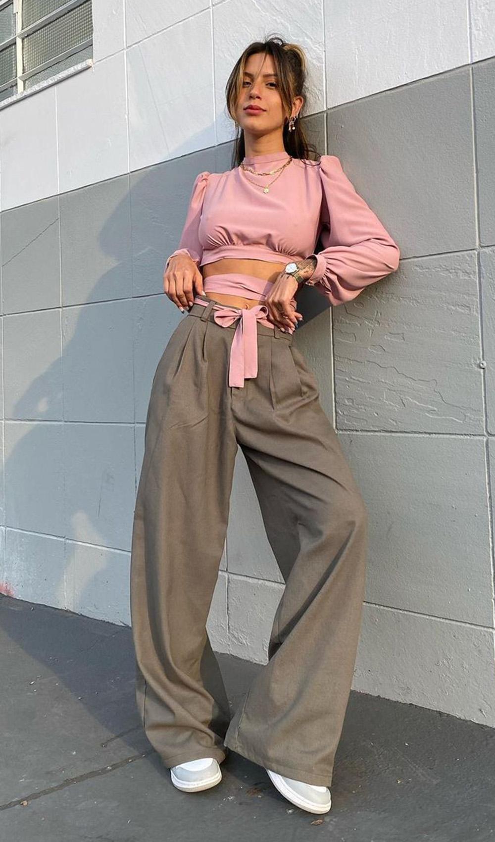 blusa rosa com tiras, calça de alfaiataria wide leg