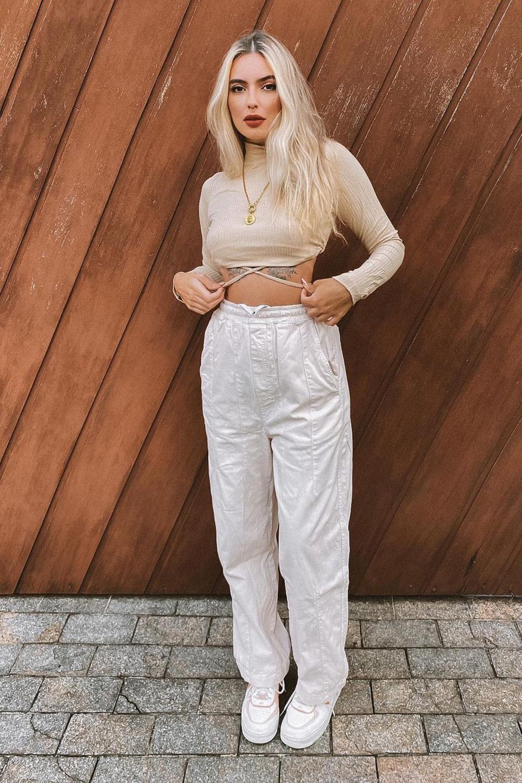 caropped de manga com tiras e calça branca
