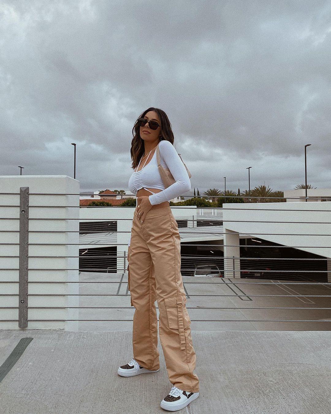 cropped branco com tiras e calça marrom