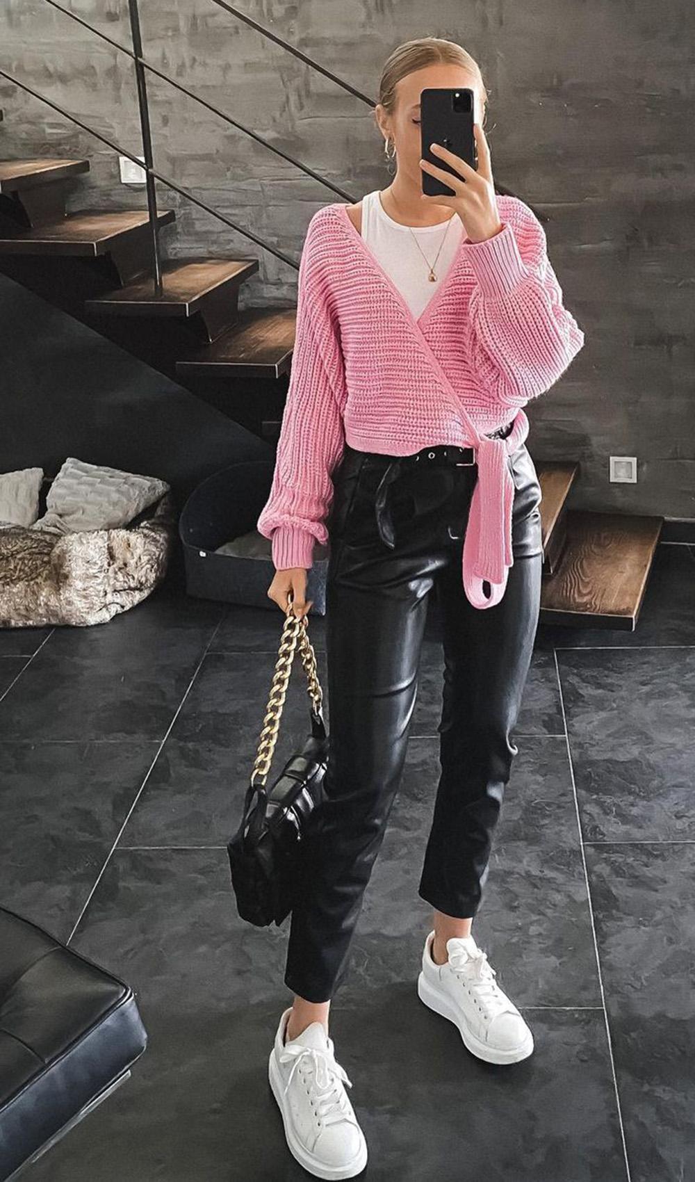 cardigan rosa, calça clocharde de couro