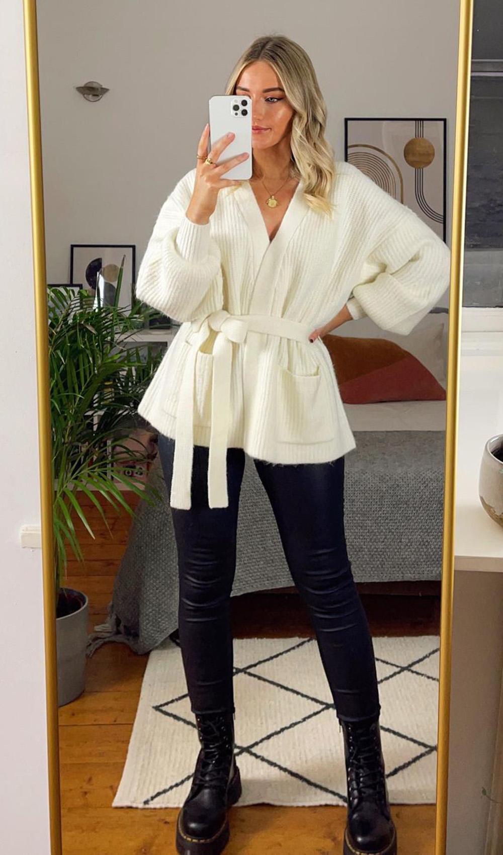 casaco off white, calça de couro e coturno tratorado