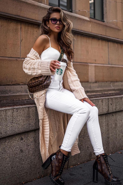 maxi casaco de tricô e look total white e coturno