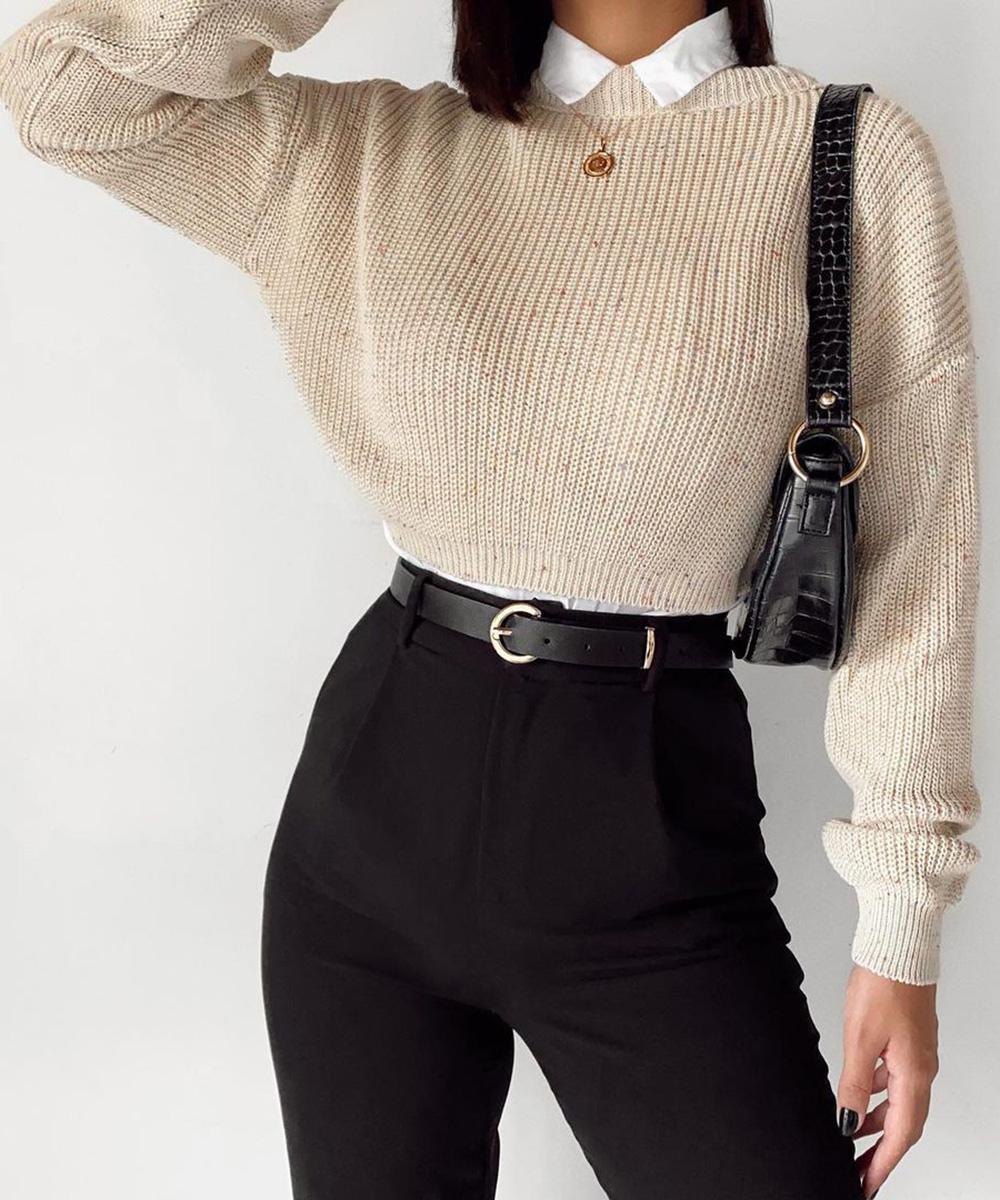 sobreposição com suéter tricô cropped e camisa branca e calça de alfaiataria preta