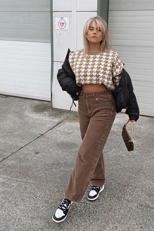 suéter xadrez de tric e calça marromô
