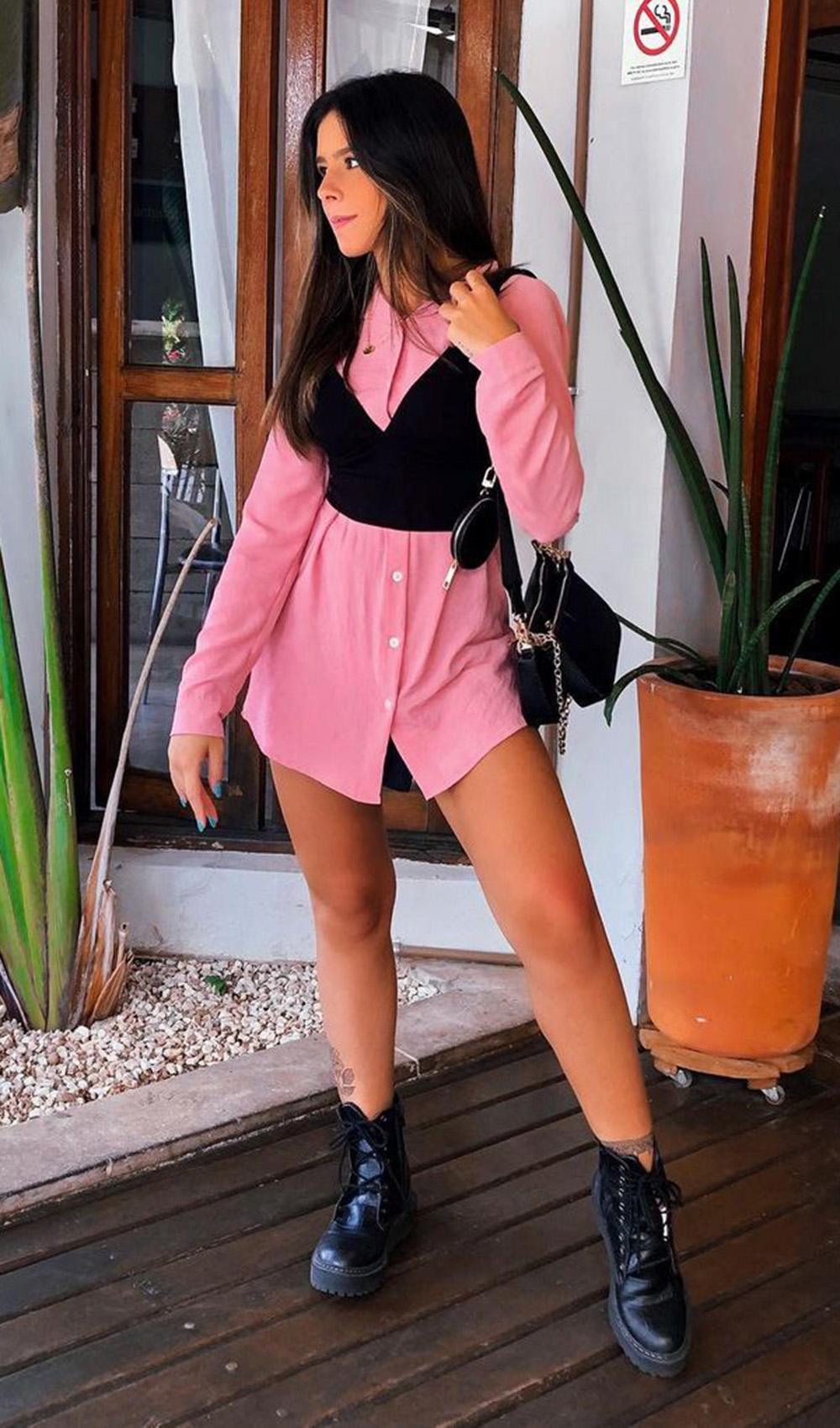 camisa social rosa, cropped preto e coturno