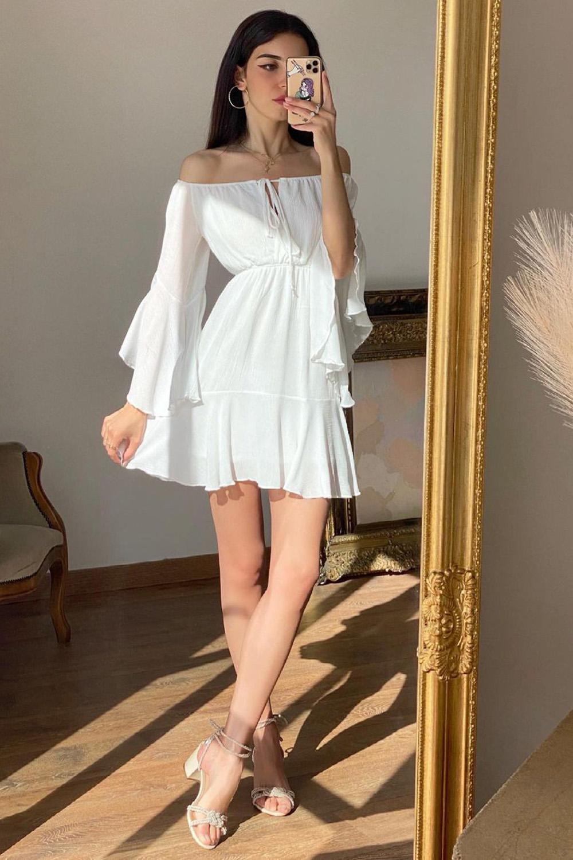 vestido branco rodado ombro a ombro e sandália de tiras