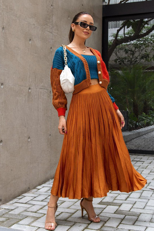 conjuntinho de tricô com cardigan colorido e calaç midi plissada