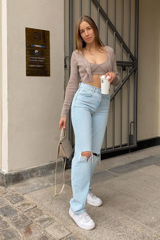 tiwn set cinza cropped, calça jeans reta e tênis branco