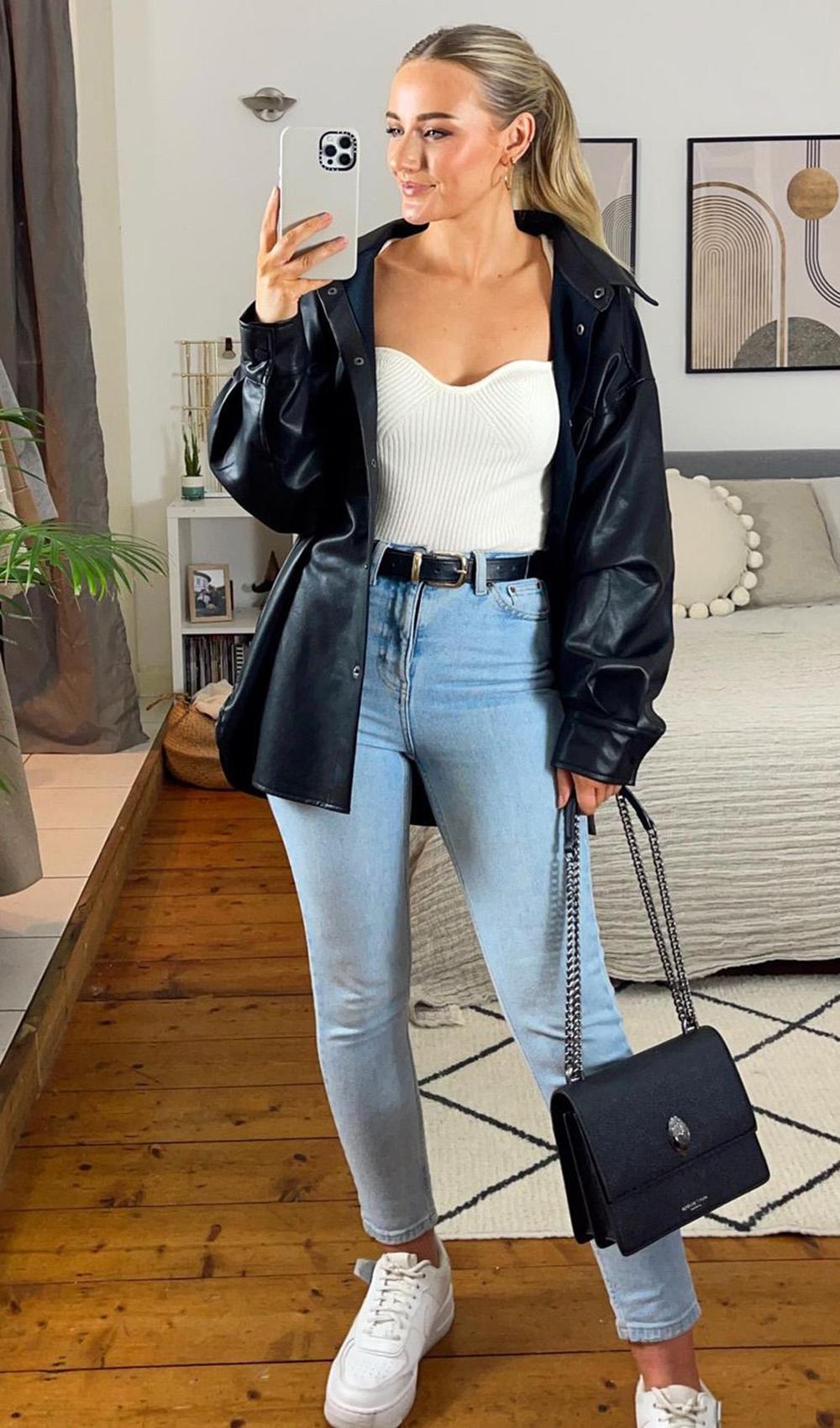 jaqueta de couro, body branco, mom jeans e tênis branco