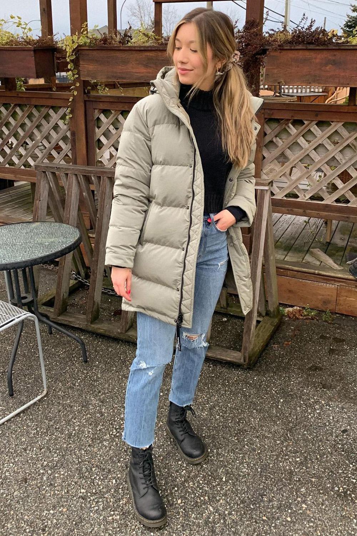 casacos, puffer jakcet, blusa de gola alta, mom jeans e coturno
