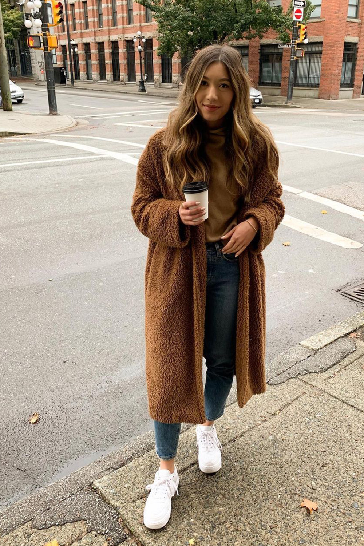 casacos, teddy bear marrom, suéter, mom jeans e tênis