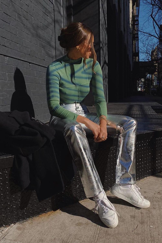 segunda pele verde, calça prata metalizada e tênis branco