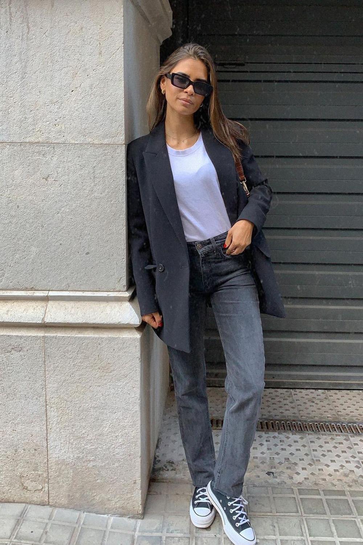blazer preto, t-shirt branca e calça cinza