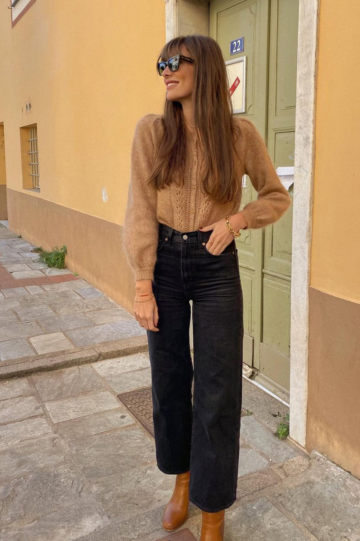suéter bege, calça pantacourt e ankle boot