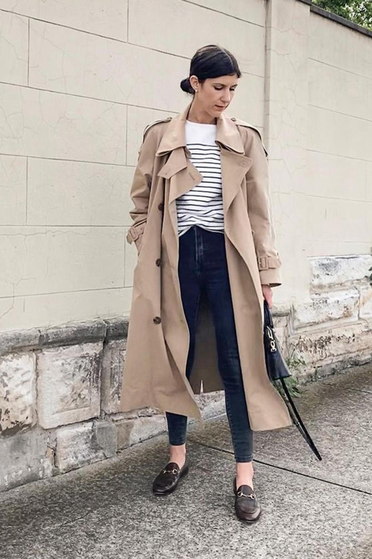 skinny jeans escuro, trench coat, blusa listrada