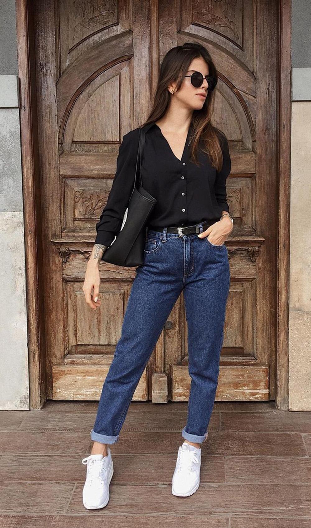 mom jeans escuro, camisa preta com transparência e tênis branco