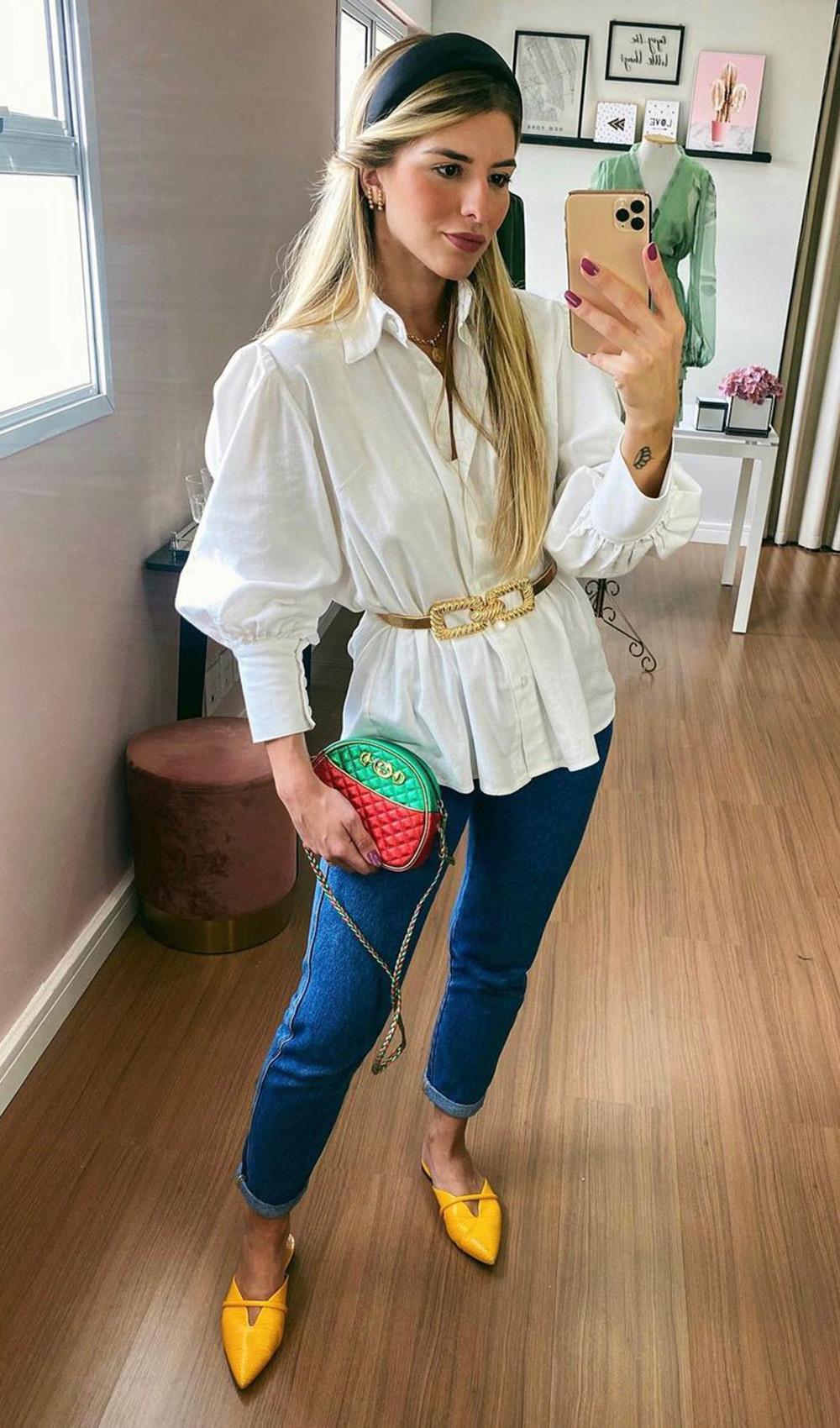 jeans escuro, camisa branca, cinto dourado e bolsa colorida