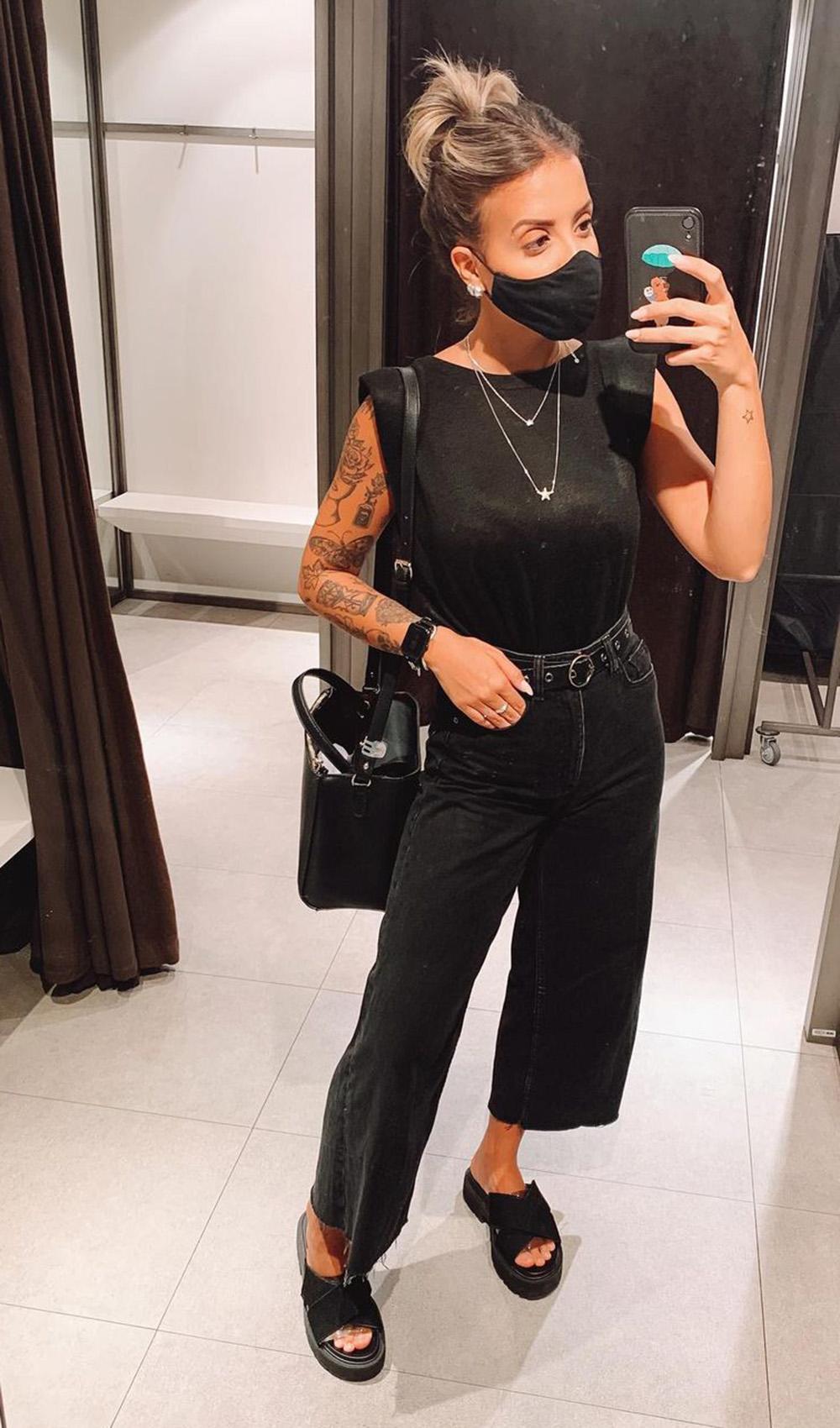 jeans escuro pantacourt, regata preta e bolsa preta