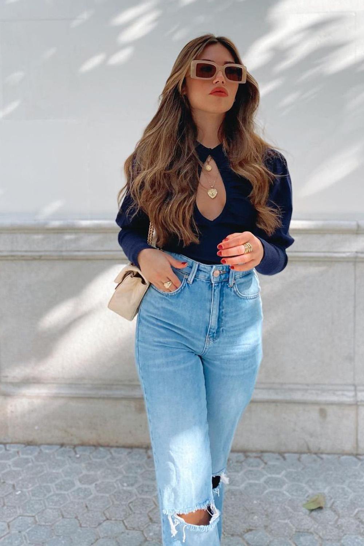 blusa preta com decote gota e manga lanta, calça jeans destroyed