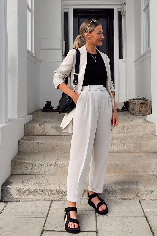 blazer branco, t-shirt cinzza, calça de alfaiataria e papete