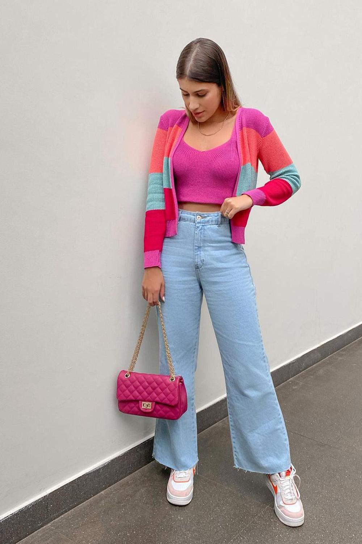 confortável, twin set rosa, calça wide leg jeans e tênis all star colorido