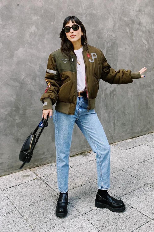 confortável, bomber jacket, t-shirt branca, mom jeans e coturno