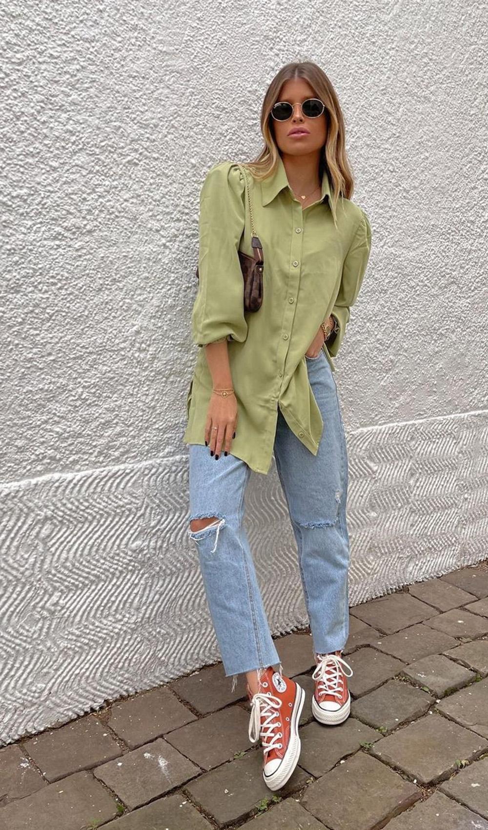 confortável, camisa verde, mom jeans e all star vermelho