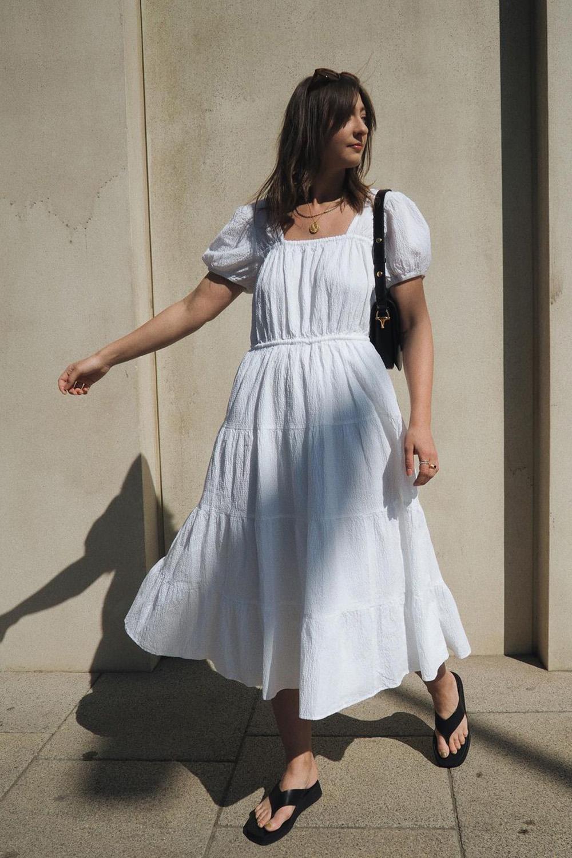 breezy dress branco, bolsa baguete preta, e chinelo plataforma