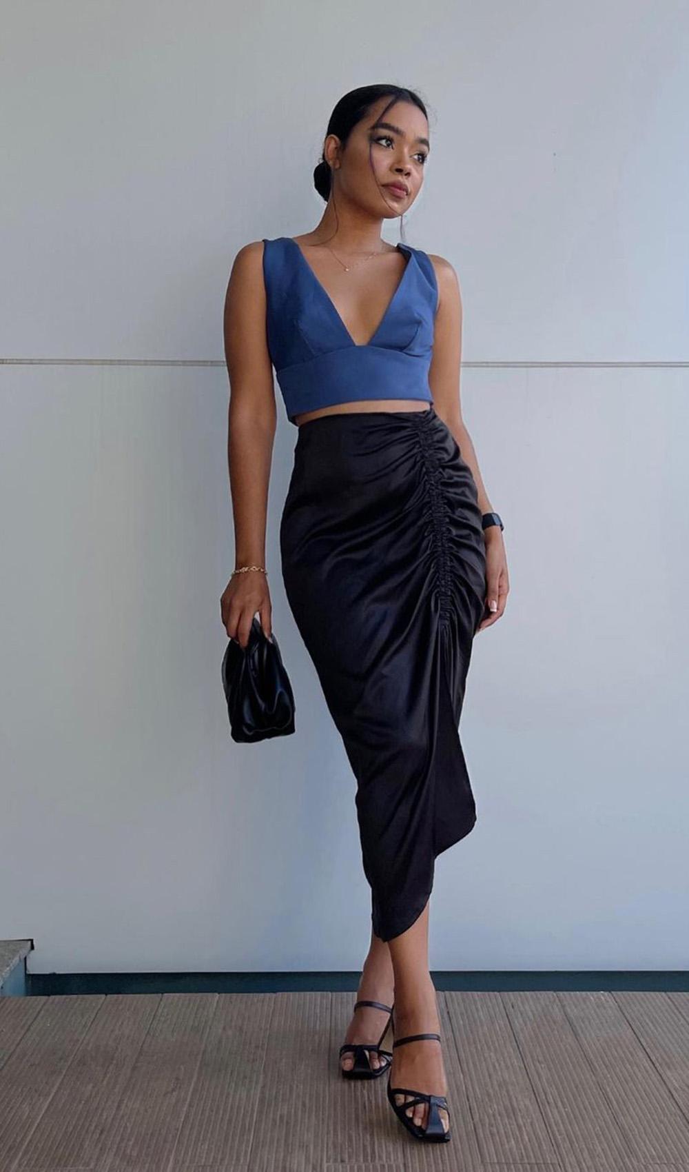 cropped azul, saia midi perta drapeada