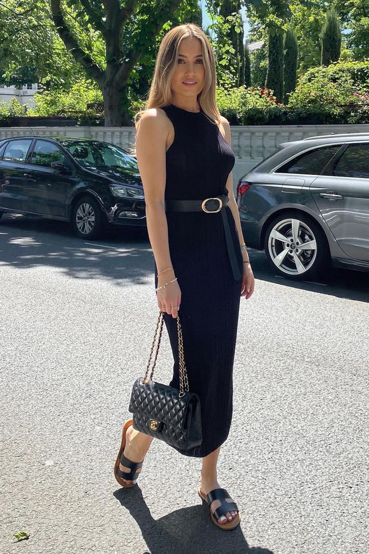 vestido midi preto, rasteirinha, bolsa preta