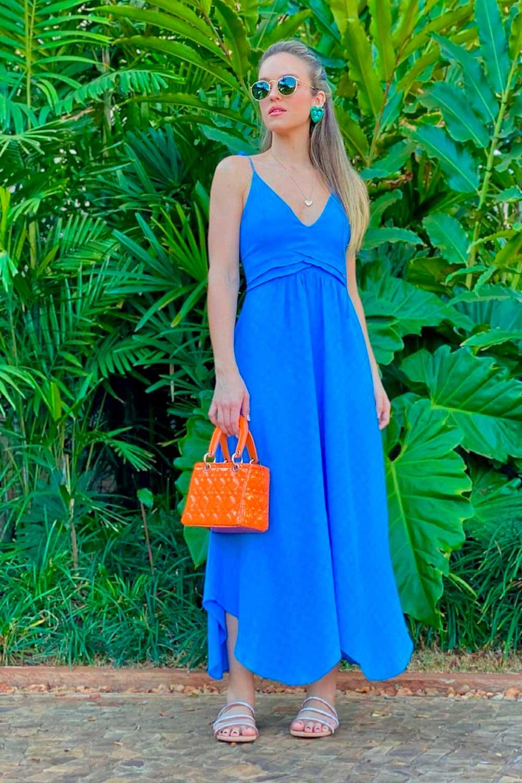 vestido midi azul, bolsa laranja e rasteirinha