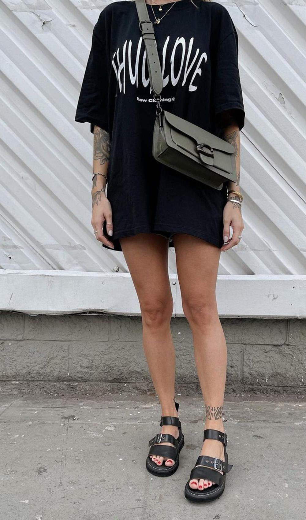 papete preta, t-shirt dress e bolsa transversal