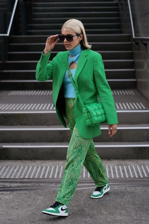 terninho verde, blazer, calça de alfaiataria e bolsa, look monocromático