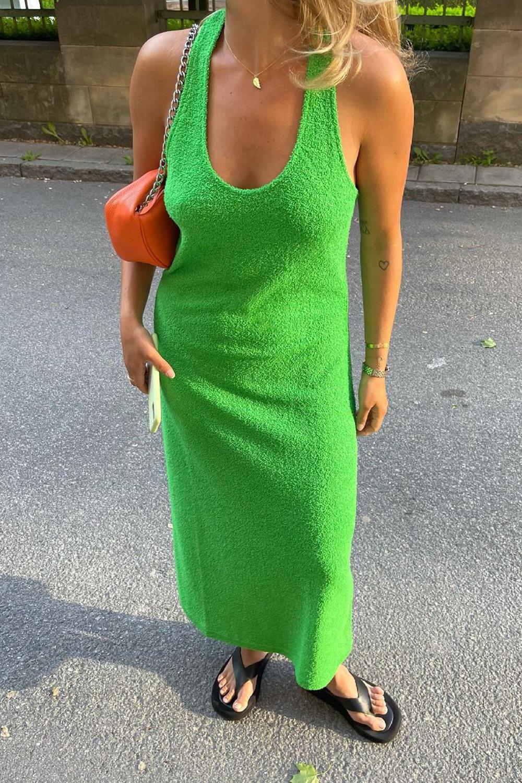 vestido midi verde e chinelo de dedo