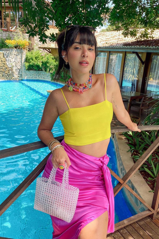 acessórios, colar de contas, cropped amarelo, saia rosa e bolsa de contas