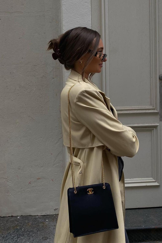 acessórios, piranha de cabelo, trench coat e bolsa preta com alça de corrente