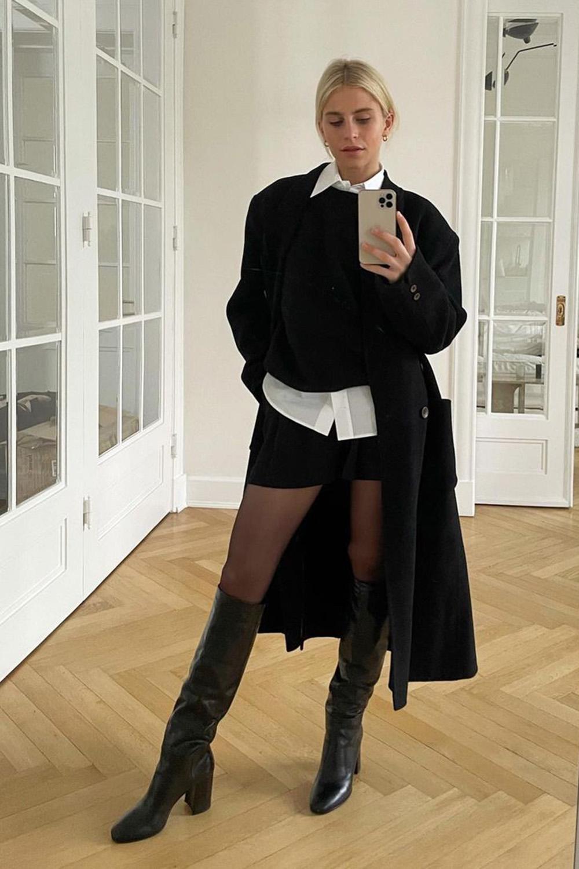 Look com meia-calça, sobreposição com camisa branca e colete