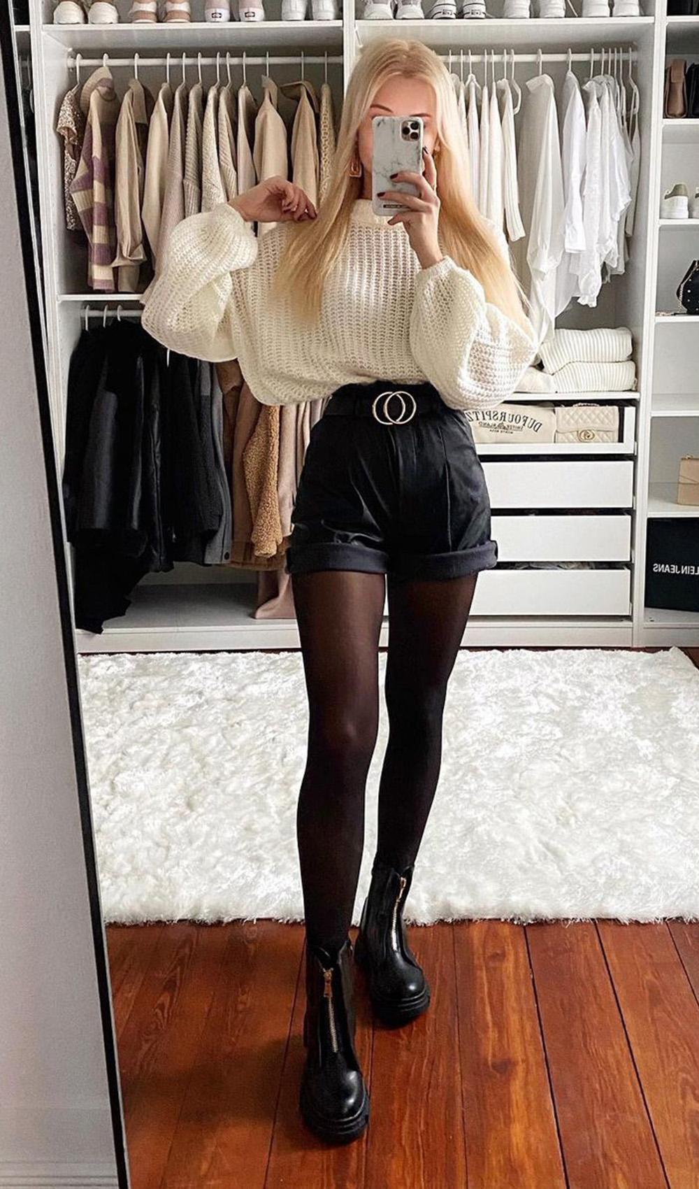 Look com meia-calça, suéter bege, short preto e coturno
